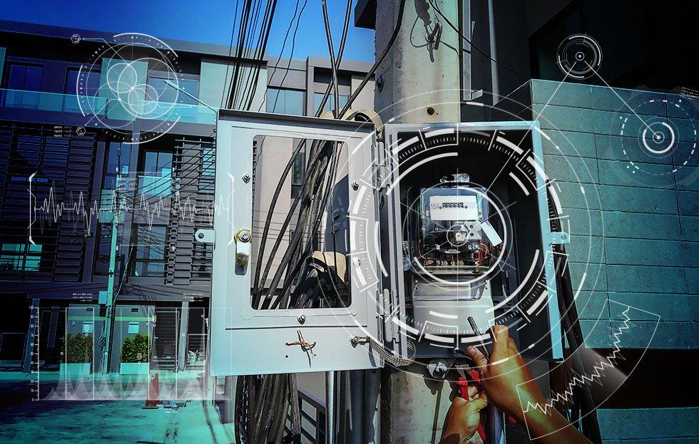 Poste de rua com a porta aberta, mostra o relógio medidor de energia.